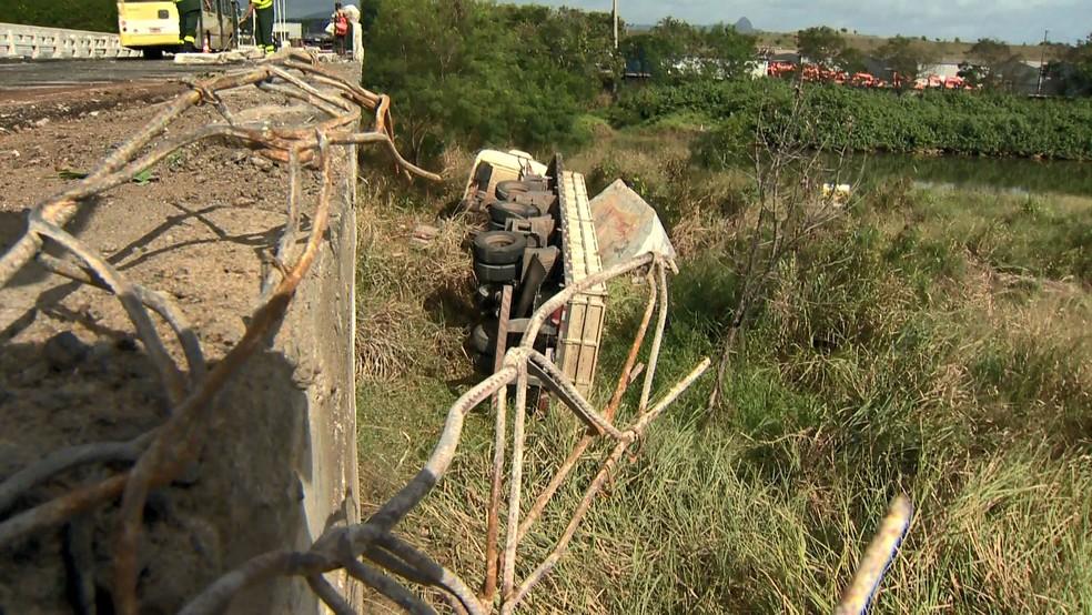 Carreta cai de ponte na rodovia do Contorno, em Cariacica  — Foto: Vinícius Gonçalves/ TV Gazeta