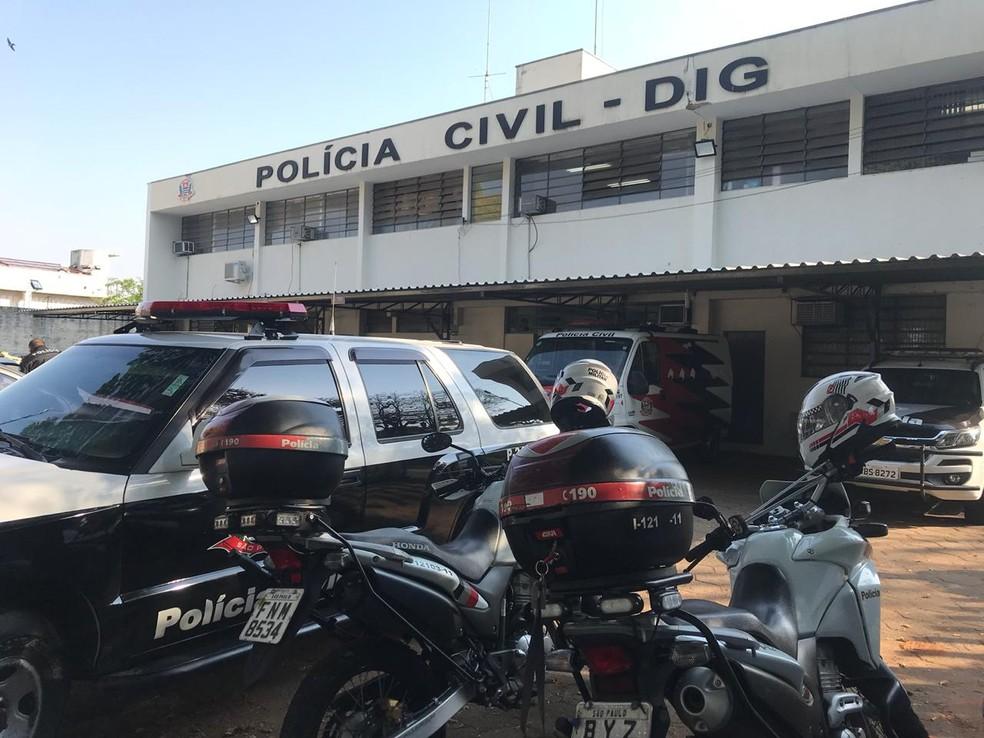 Mandados de prisão também estão sendo cumpridos na cidade de Botucatu e Lençóis Paulista (SP) — Foto: Murilo Barbosa/TV TEM