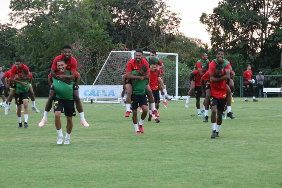 Jogadores do time perdedor no recreativo tiveram que carregar vencedores nas costas — Foto: Williams Aguiar / Sport