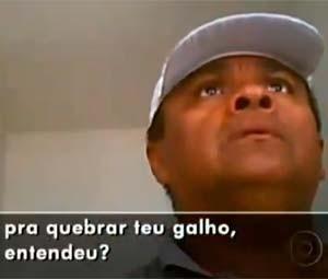 Policial Evando Nascimento, flagrado durante a reportagem (Foto: Reprodução/Fantástico)