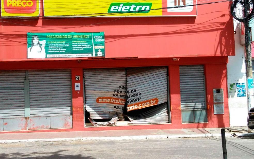 Loja de eletrodomésticos foi arrombada por bandidos  (Foto: Fabrício Silva / TV Bahia)