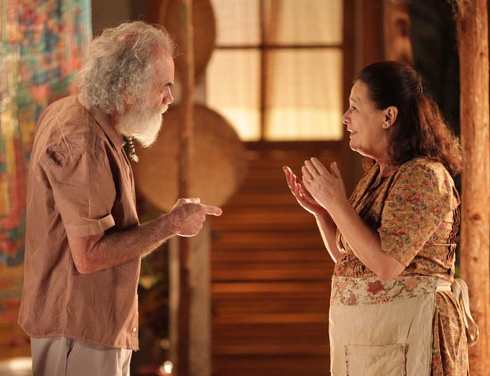 Chico (Cacá Amaral) e Olívia (Bete Mendes) são os pais de Cassiano (Henri Castelli), em 'Flor do Caribe' — Foto: Globo