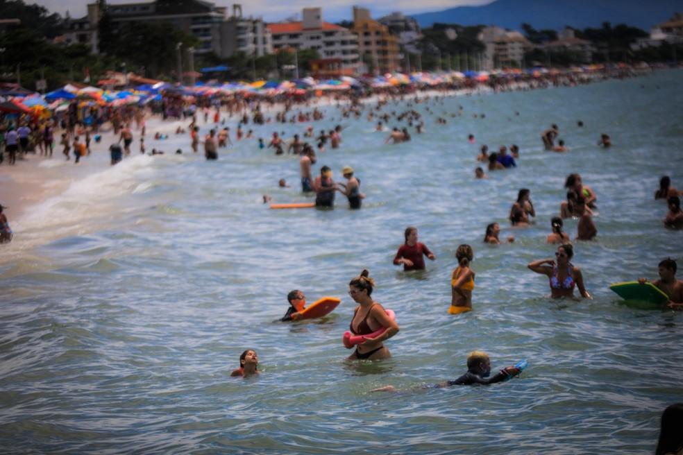 Uso de máscara na praias de SC só está dispensado quando as pessoas estiverem na água — Foto: Diórgenes Pandini/DC