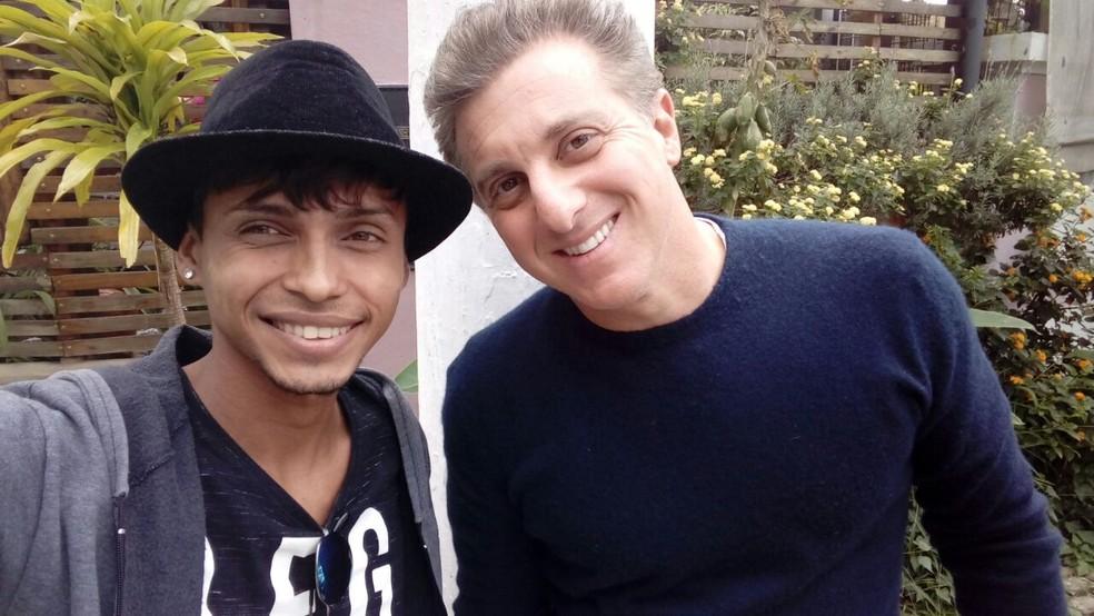 Cantor Nychow Moore e o apresentador Luciano Huck em SP (Foto: Nychow Moore/Arquivo pessoal)