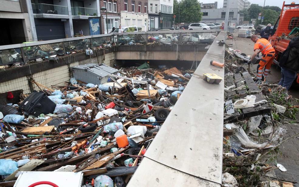 Os destroços em um rio em Verviers, Bélgica — Foto: Yves Herman / Reuters