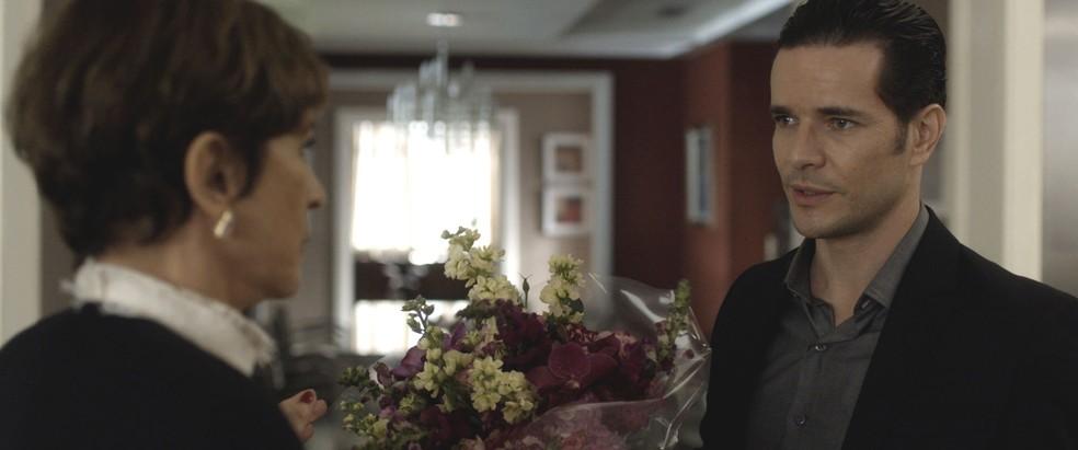 Vitor leva flores para Kiki e pede desculpas pelo mal-entendido  (Foto: TV Globo)