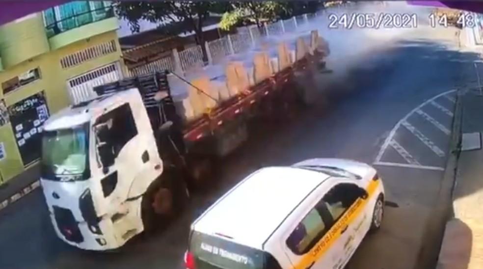 Caminhão perdeu o freio e desceu desgovernado em Mantenópolis — Foto: Reprodução/TV Gazeta