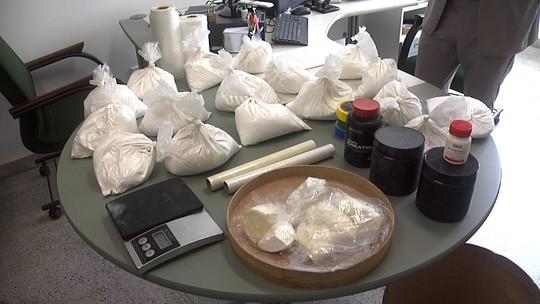 Polícia prende três e fecha laboratório de drogas na Grande Fortaleza
