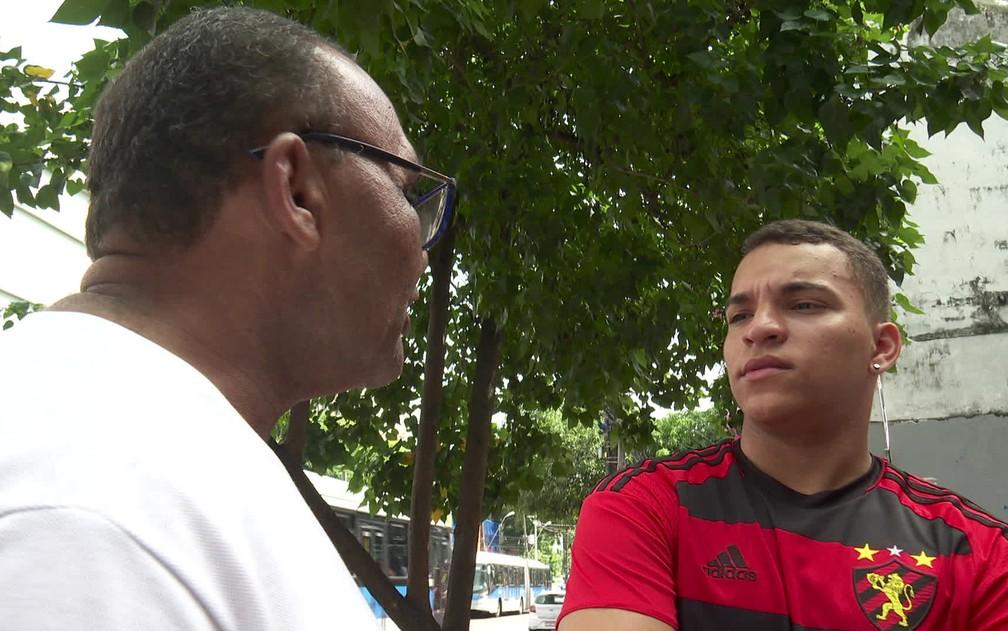 Leonardo (à direita) publicou nas redes sociais história de homem que dorme no Aeroporto do Recife — Foto: Reprodução/TV Globo