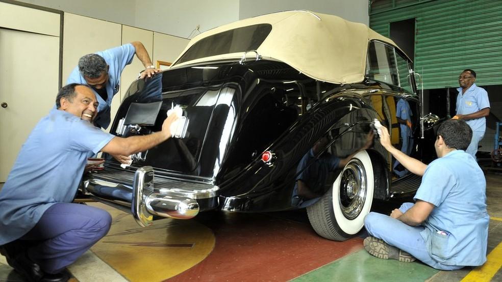 Funcionários fazem a manutenção do Rolls-Royce da Presidência da República, em imagem de 2014 — Foto: Ministério da Defesa