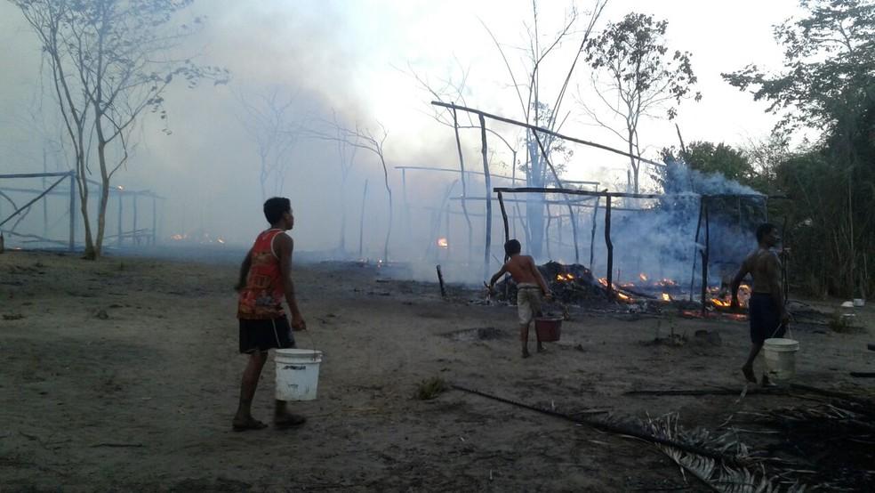 Crianças e adultos tentam apagar fogo em acampamento (Foto: Divulgação)