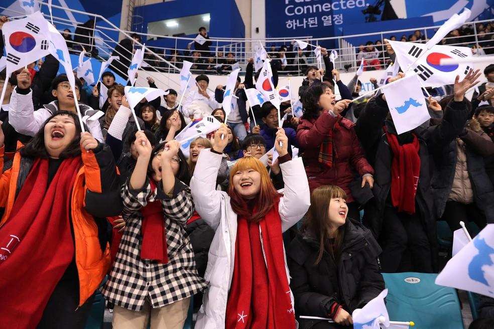 Torcedores com a bandeira unificada das Coreias (Foto: Reuters)