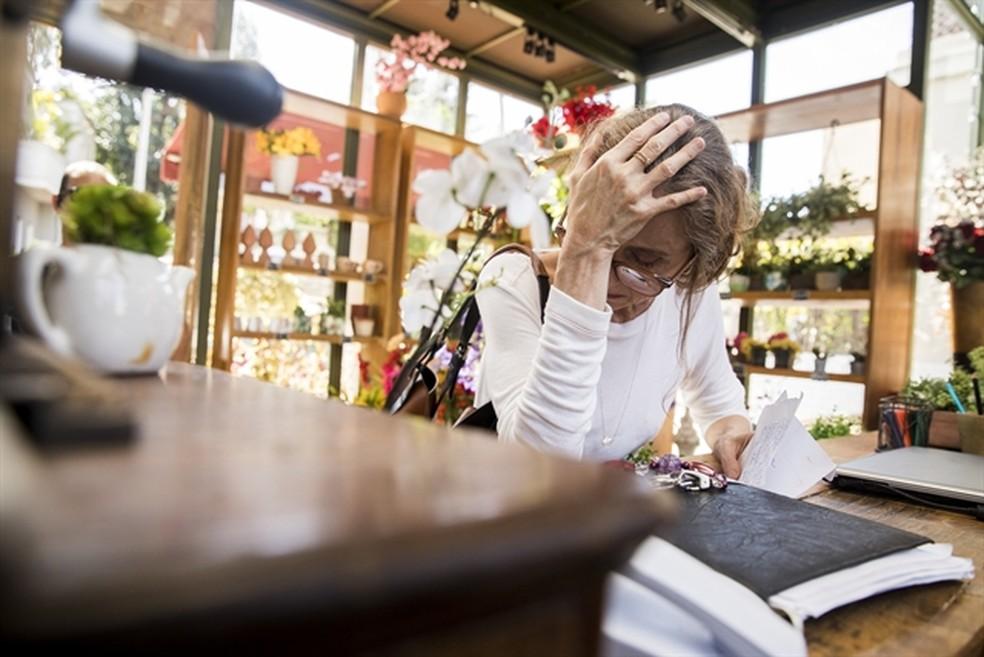 Eva (Betty Gofman) fica consternada ao descobrir que perdeu a floricultura  — Foto: Victor Pollak/Globo