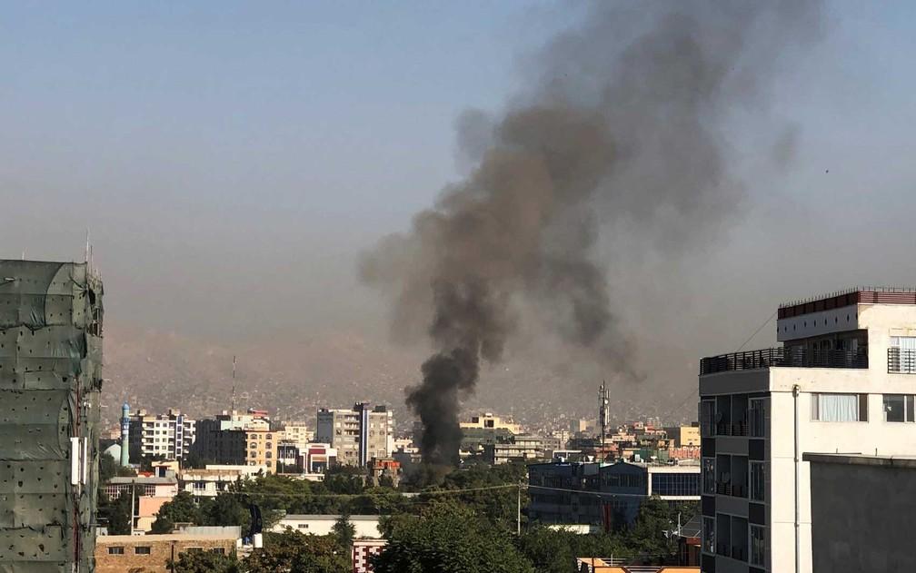 Fumaça após explosão contra comboio do vice-presidente do Afeganistão, Amrullah Saleh, em Cabul — Foto: Najiba Noor / AFP Photo