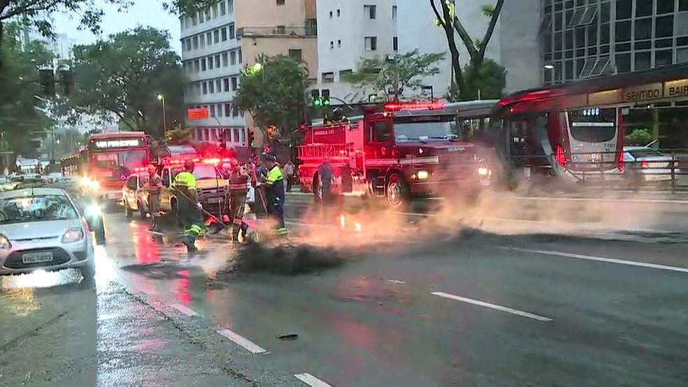 Fogo controlado na Av 9 de Julho (Foto: Reprodução/TV Globo)