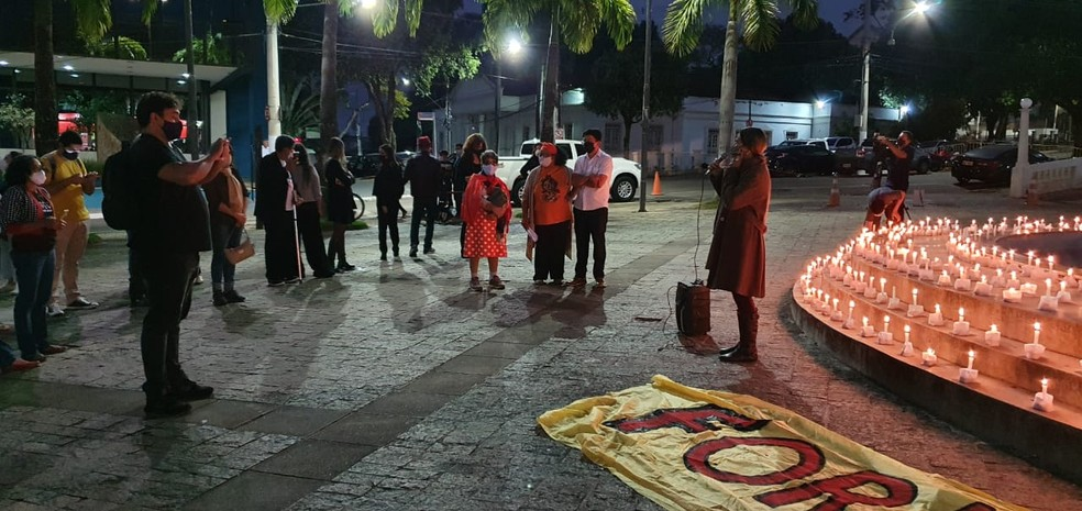 Velas acesas foram colocadas em frente ao Palácio Rio Branco em ato pelas vítimas da Covid — Foto: Andryo Amaral/Rede Amazônica Acre