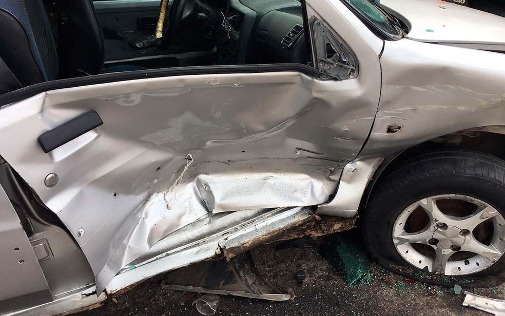 Um dos carros atingidos na batida e que ficou destruído em Salvador (Foto: Clériston Santana/TV Bahia)