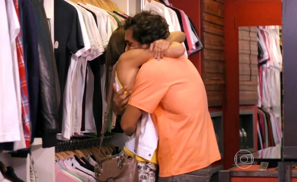Lino (José Henrique Ligabue) tem a ajuda de Carol (Maria Joana) para mudar o visual - 'Flor do Caribe' — Foto: Globo