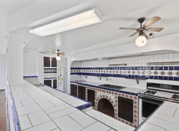 Azulejos portugueses revestem a cozinha branca e azul (Foto: Hilton & Hyland/ Reprodução)
