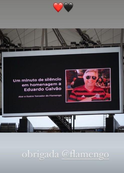 Filha de Eduardo Galvão exibe homenagem do Flamengo para o ator (Foto: reprodução/instagram)