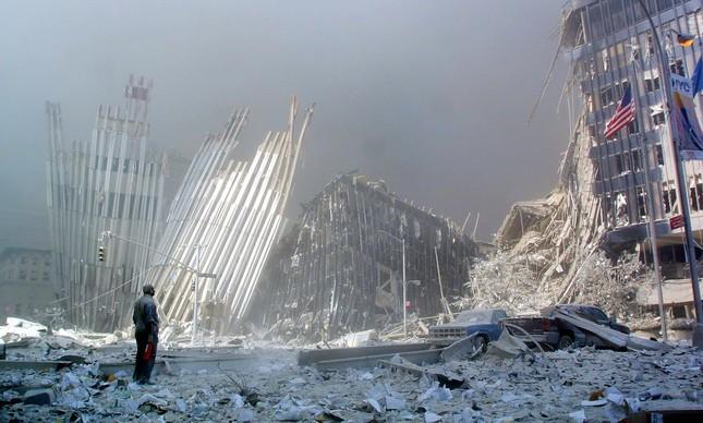 Um homem de pé em meio a destroços do World Trade Center, no dia 11 de setembro de 2001