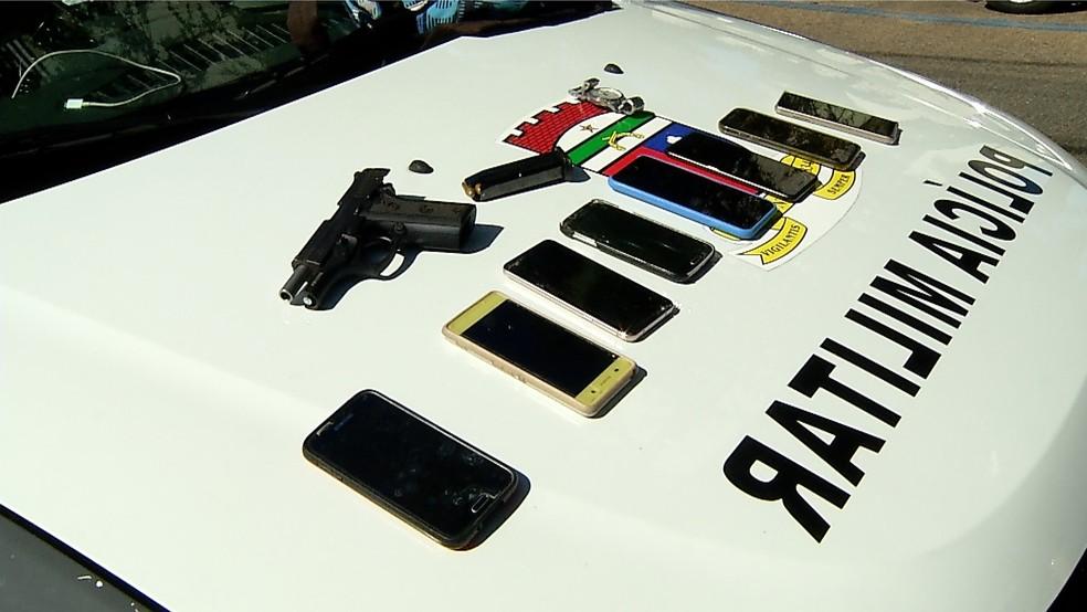 Celulares e pistola foram apreendidos com adolescentes que assaltaram restaurante — Foto: Reprodução/Inter TV Cabugi/Zeno Moura