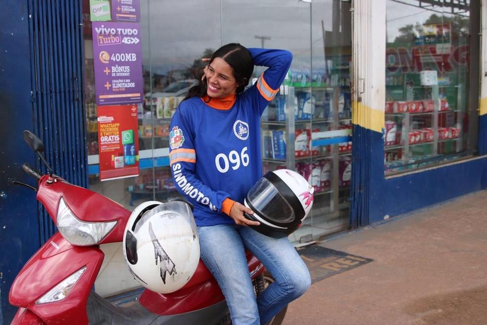 Mulher mototaxista, na exposição 'Trabalho de Mulher' — Foto: Luciana Macedo/Divulgação