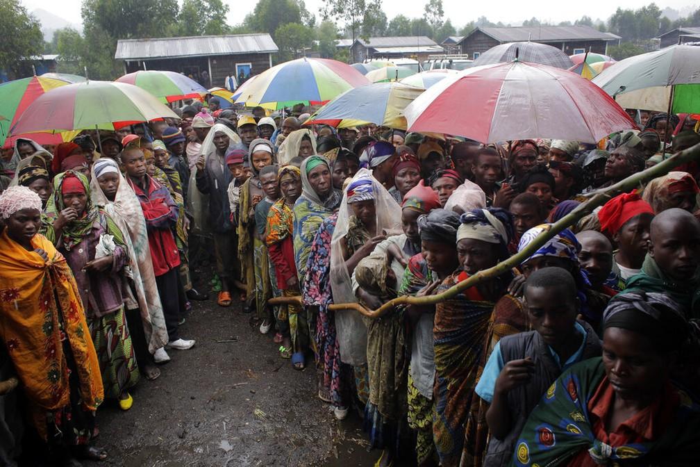 No Congo, pessoas aguardam para receber comida do Programa Mundial de Alimentos da ONU, em imagem de 2012 — Foto: Jerome Delay/AP