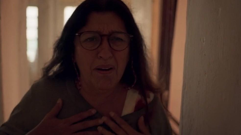 Lurdes se desespera com notícia de Thelma — Foto: Globo