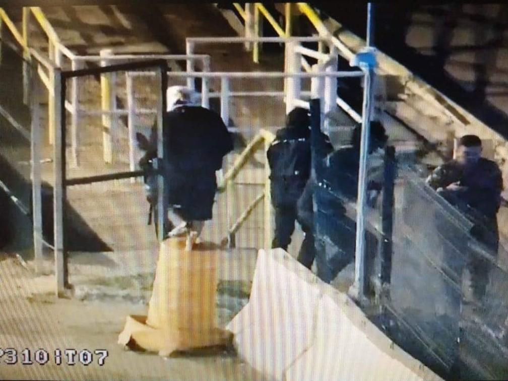 Criminosos roubaram depósito das Lojas Americanas na Baixada Fluminense — Foto: Reprodução