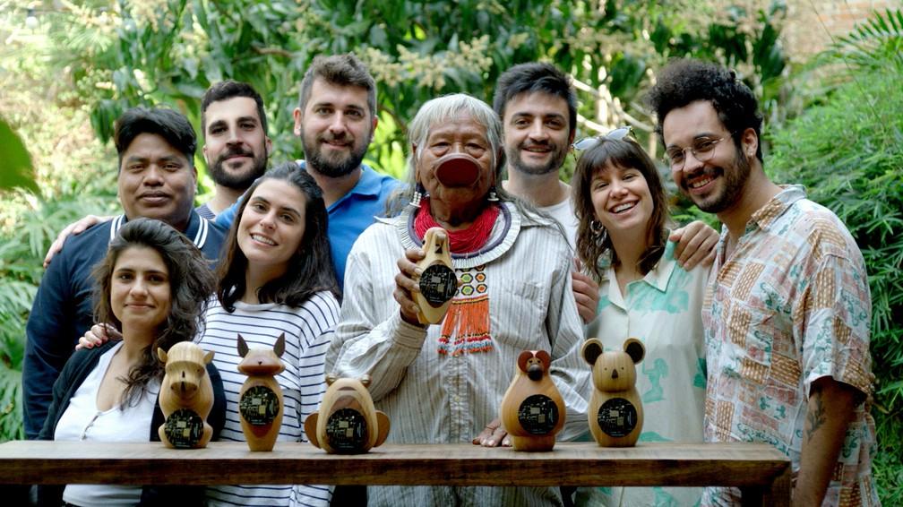A equipe por trás do Código da Consciência junto ao Cacique Raoni Metuktire, uma das principais lideranças brasileiras, no lançamento do projeto — Foto: Divulgação/AKQA