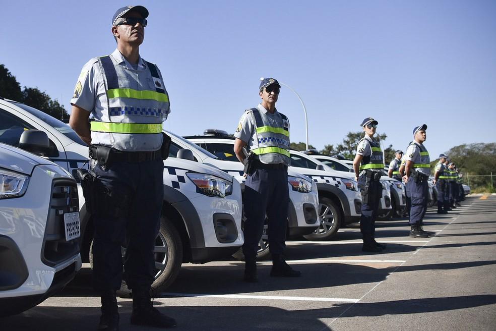 Policias militares do DF em frente a carros da corporação — Foto: Andre Borges/Agência Brasília
