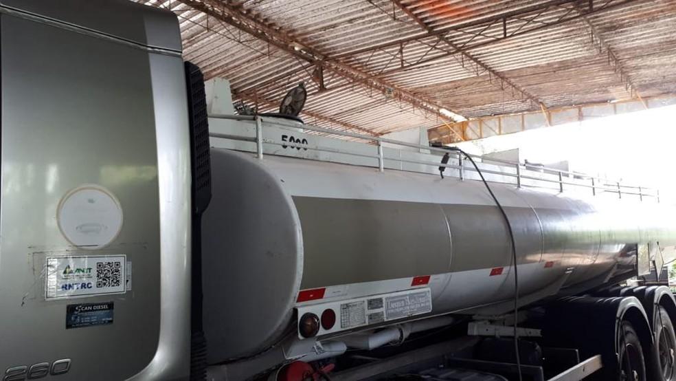 Caminhão transportava combustível para comércio ilegal no Cabo de Santo Agostinho — Foto: Polícia Civil/Divulgação
