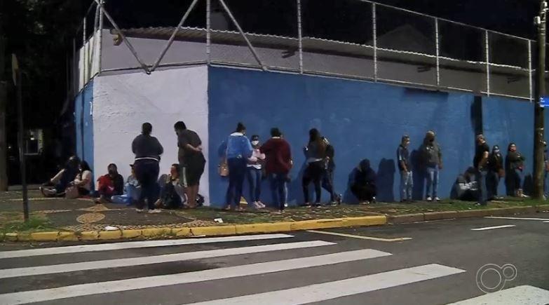 Candidatos formam fila gigante após supermercado anunciar contratação de 250 funcionários em Fernandópolis