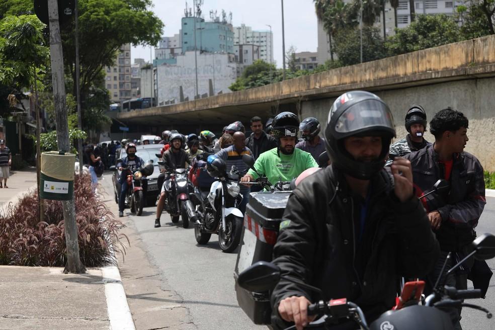 Fila em posto de gasolina na Bela Vista, Centro de São Paulo, para a compra de gasolina a R$ 0,40 nesta quinta-feira (30). — Foto: Renato S. Cerqueira/Futura Press/Estadão Conteúdo