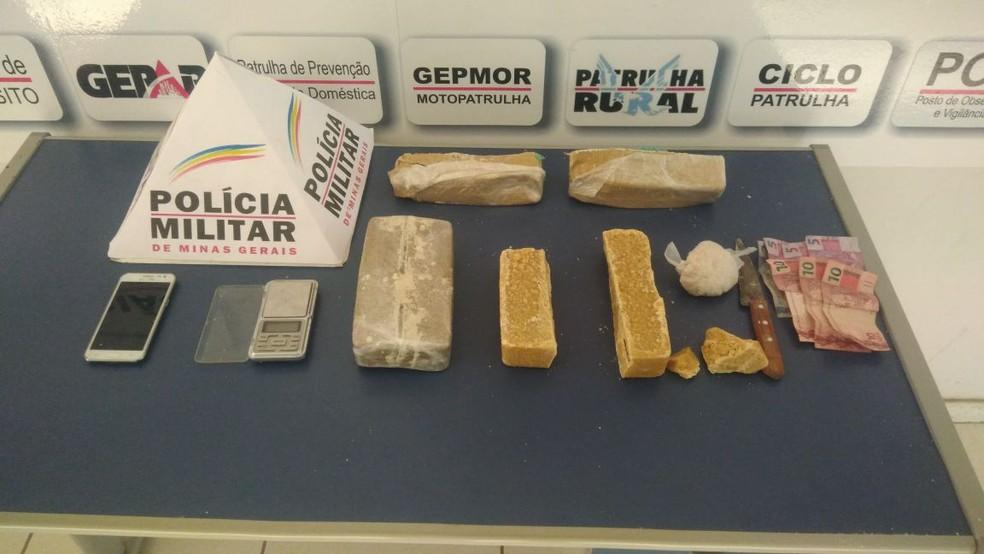 Barras de crack estavam na sala da casa do suspeito em Montes Claros (Foto: Polícia Militar/Divulgação)