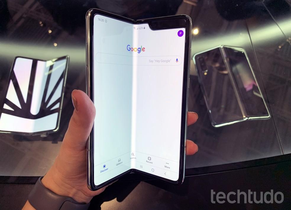 Samsung Galaxy Fold sendo fechado — Foto: Anna Kellen Bull/TechTudo