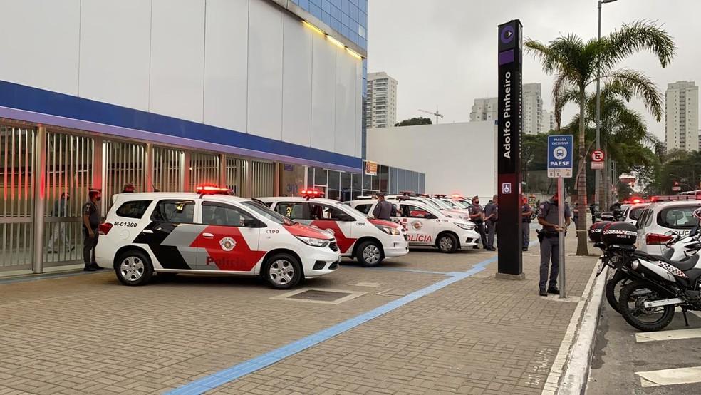 Polícia fecha estação Adolfo Pinheiro do Metrô, em São Paulo, durante ocorrência envolvendo uma vítima nesta terça-feira (8). — Foto: Abrahão Cruz/TV Globo