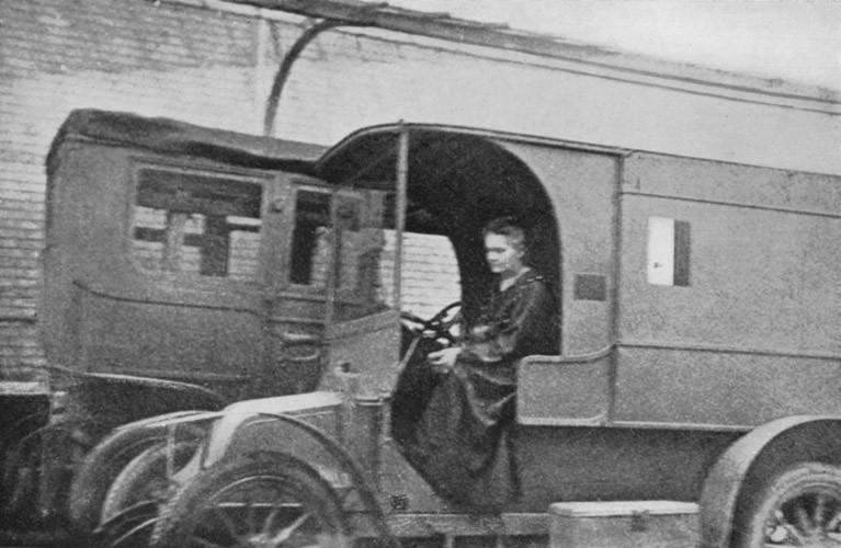 Marie Curie em um dos veículos que inventou para realizar raio-x durante a guerra (Foto: Wikimedia/Unknown - Eve Curie: Madame Curie. S. 329 )