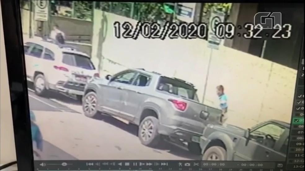 Homem furta R$ 200 mil em joias que estavam dentro de carro em Fortaleza — Foto: Reprodução