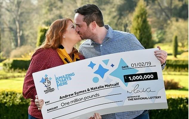 Natalie e Andrew com o cheque (Foto: Reprodução Facebook)