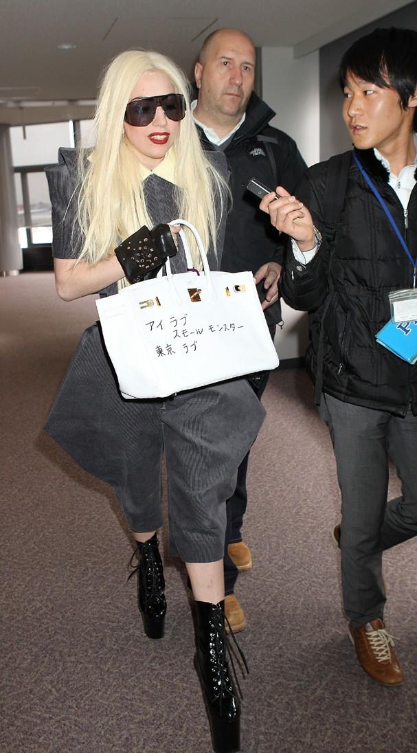 Lady Gaga desembarcando em aeroporto no Japão em 2010 (Foto: Getty Images)