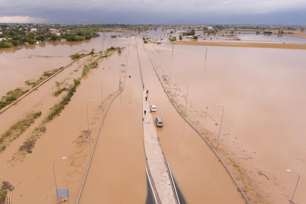 Rodovia inundada perto da vila de Artesiano, na Grécia — Foto: Giannis Floulis/Reuters