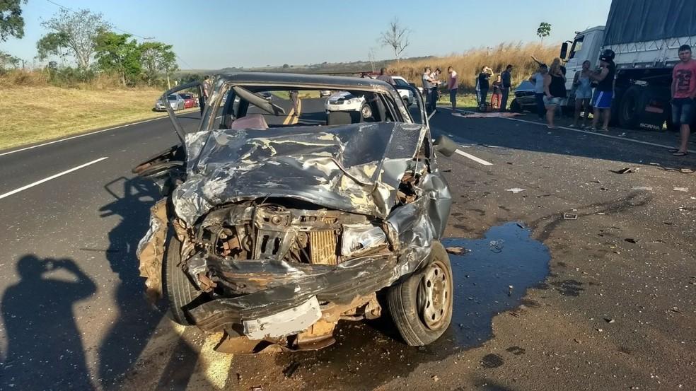 Carro ficou completamente destruído em acidente na SP-294 em Herculândia (Foto: João Trentini / Rádio Tupã)