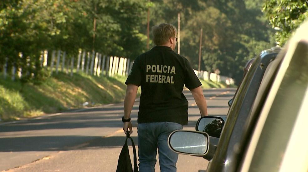 Agentes da Polícia Federal, que têm a maior parte das vagas, cumprem mandados em operações pelo país (Foto: Reprodução/EPTV)
