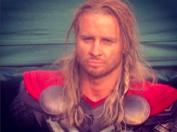 O dublê Bobby Holland Hanton nos bastidores das filmages do terceiro filme do Thor (Foto: Instagram)