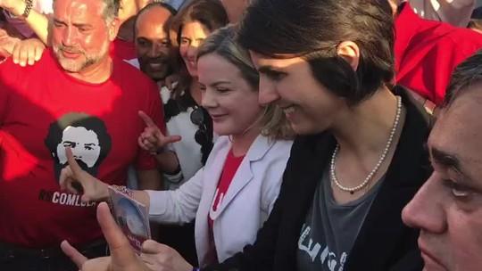 Gleisi Hoffmann chega ao TSE pra registrar candidatura de Lula