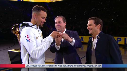 Antes de estreia, jogadores dos Warriors recebem anéis de campeões