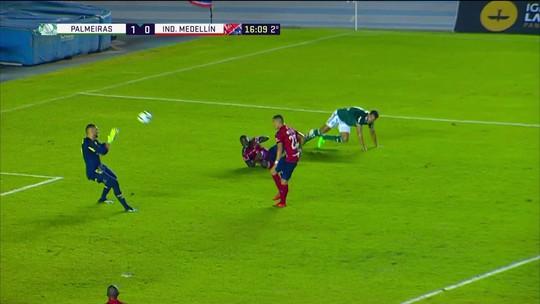 Zaga do Palmeiras vacila na saída de bola e Leonardo castro tenta por cobertura, 15 do 2º