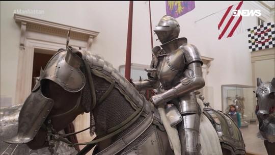 Pedro Andrade confere o acervo de armaduras do Metropolitan